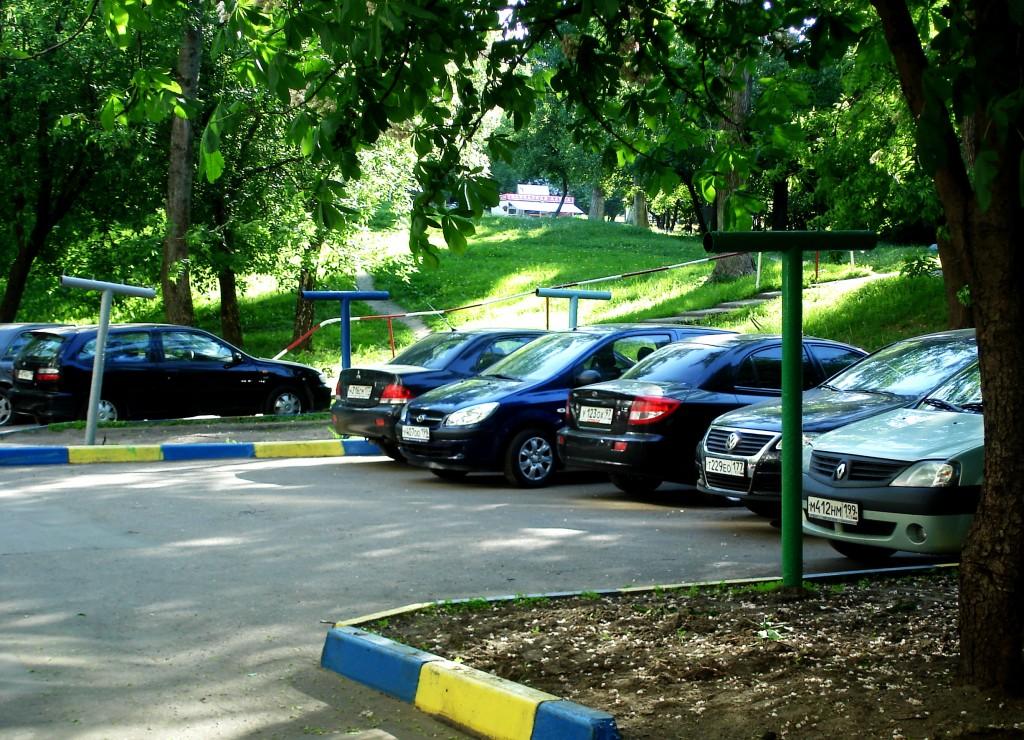 Парковочный карман на 5 машин сильно облегчает дворовую жизнь