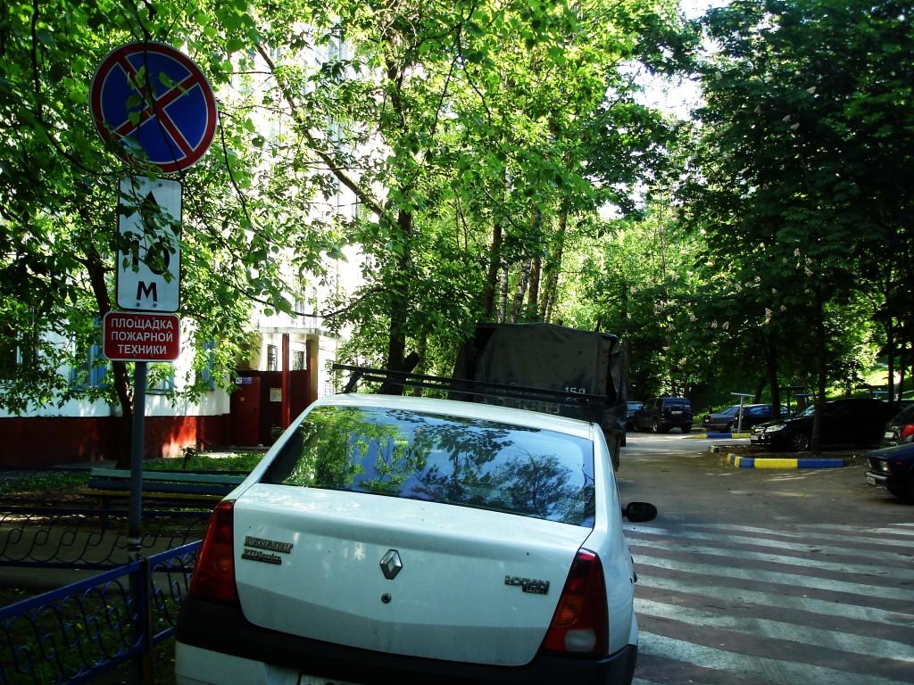 С проблемой парковки во дворах сталкивается каждый второй московский водитель