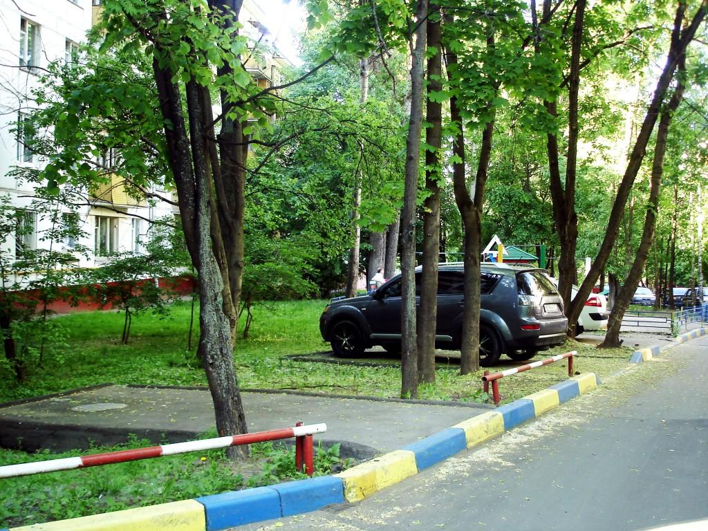 Парковочные карманы. Улица Болотниковская.